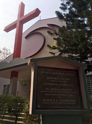 教堂正門是五旬節聖潔會立體的會徽。