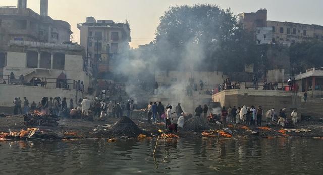 印度人會把堆起的灰燼拿去篩選,因為其中必有金器銀器,可以圖利。